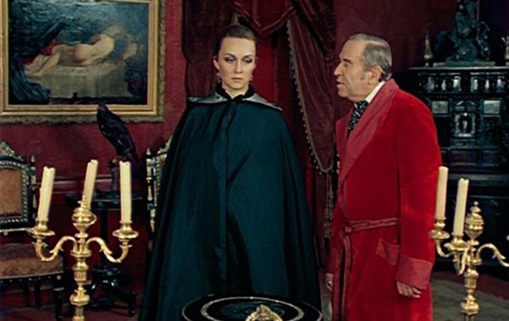 Актриса Валентина Панина: Сокуров - удивительный человек. Однажды стоял у меня за спиной, смотрел на экран и во время работы душил меня пуховым платком. Это ему нужен был хриплый голос. Люблю трудоголиков.
